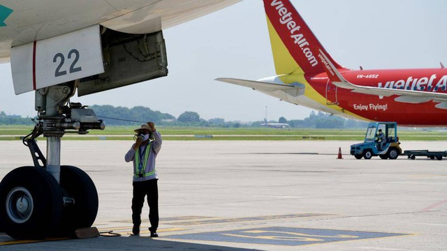 Ảnh: Nhân viên sân bay Nội Bài đẫm mồ hôi làm việc giữa nắng thiêu đốt - Ảnh 14.