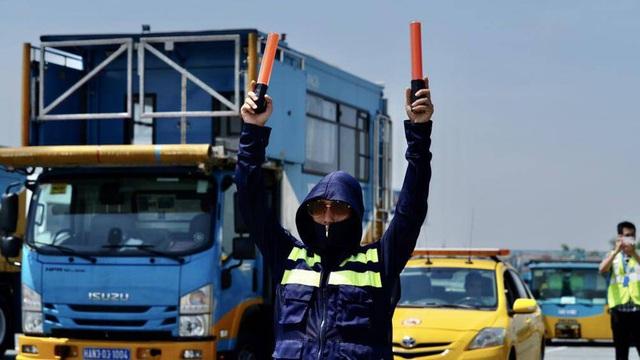 Ảnh: Nhân viên sân bay Nội Bài đẫm mồ hôi làm việc giữa nắng thiêu đốt - Ảnh 15.