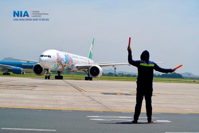 Ảnh: Nhân viên sân bay Nội Bài đẫm mồ hôi làm việc giữa nắng thiêu đốt - Ảnh 16.