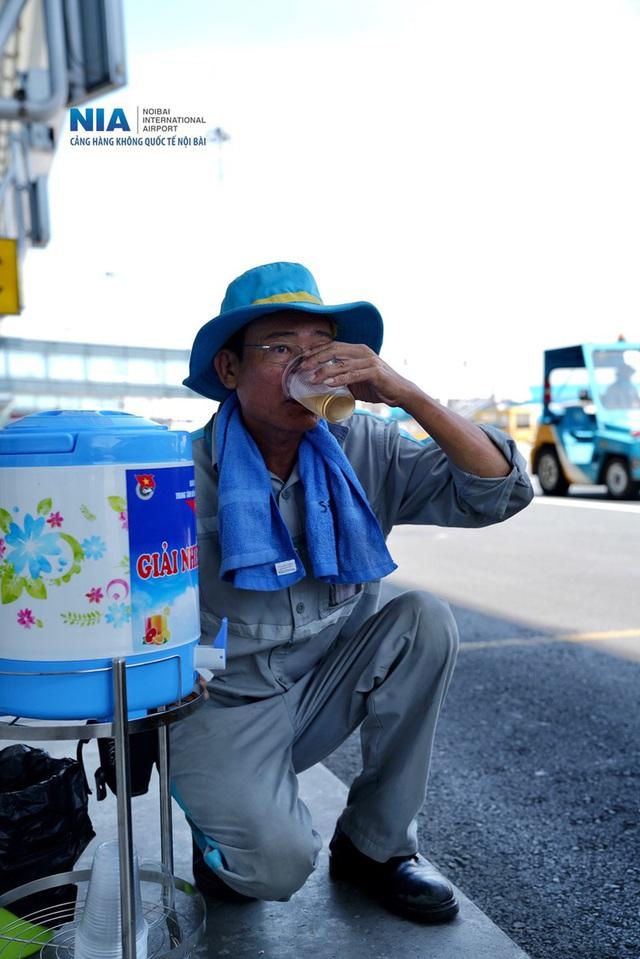 Ảnh: Nhân viên sân bay Nội Bài đẫm mồ hôi làm việc giữa nắng thiêu đốt - Ảnh 17.