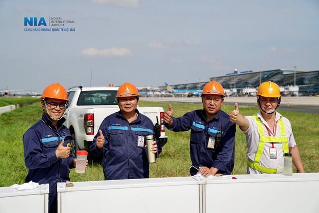 Ảnh: Nhân viên sân bay Nội Bài đẫm mồ hôi làm việc giữa nắng thiêu đốt - Ảnh 18.