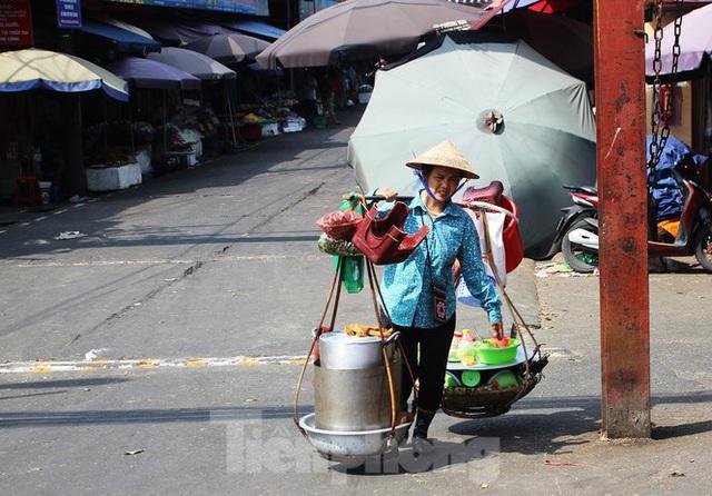 Muôn kiểu chống chọi nắng nóng như đổ lửa của người lao động Hà Nội  - Ảnh 21.