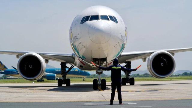 Ảnh: Nhân viên sân bay Nội Bài đẫm mồ hôi làm việc giữa nắng thiêu đốt - Ảnh 4.