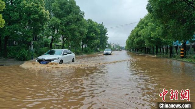 Lũ lụt diện rộng gần đập Tam Hiệp: Xe ô tô chới với trong biển nước - Ảnh 5.