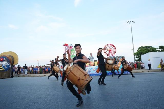 Sau Covid-19, du lịch Sầm Sơn bùng nổ với lễ hội Carnival đường phố - Ảnh 4.