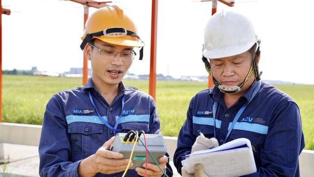 Ảnh: Nhân viên sân bay Nội Bài đẫm mồ hôi làm việc giữa nắng thiêu đốt - Ảnh 6.