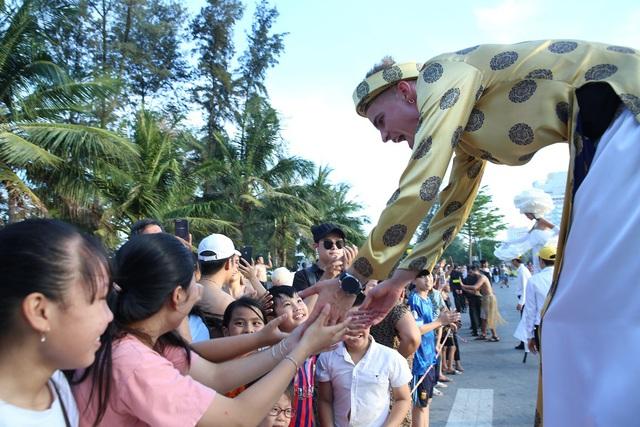 Sau Covid-19, du lịch Sầm Sơn bùng nổ với lễ hội Carnival đường phố - Ảnh 6.