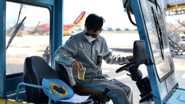 Ảnh: Nhân viên sân bay Nội Bài đẫm mồ hôi làm việc giữa nắng thiêu đốt - Ảnh 7.