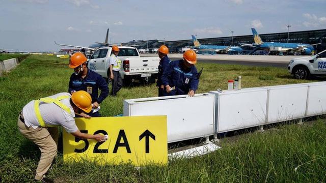 Ảnh: Nhân viên sân bay Nội Bài đẫm mồ hôi làm việc giữa nắng thiêu đốt - Ảnh 8.