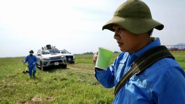 Ảnh: Nhân viên sân bay Nội Bài đẫm mồ hôi làm việc giữa nắng thiêu đốt - Ảnh 9.