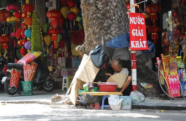 Muôn kiểu chống chọi nắng nóng như đổ lửa của người lao động Hà Nội  - Ảnh 10.