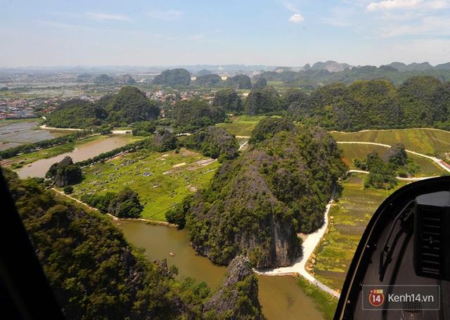 Đi Tràng An bằng máy bay: những vị khách đầu tiên đã được bay thử nghiệm ngắm cố đô trên trực thăng - Ảnh 1.