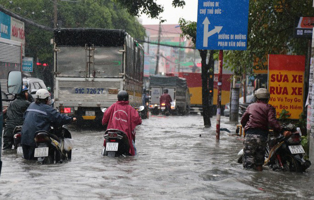 TP HCM: Ngập kinh hãi ở quận Thủ Đức, nước chảy xiết xô ngã cả xe máy  - Ảnh 2.