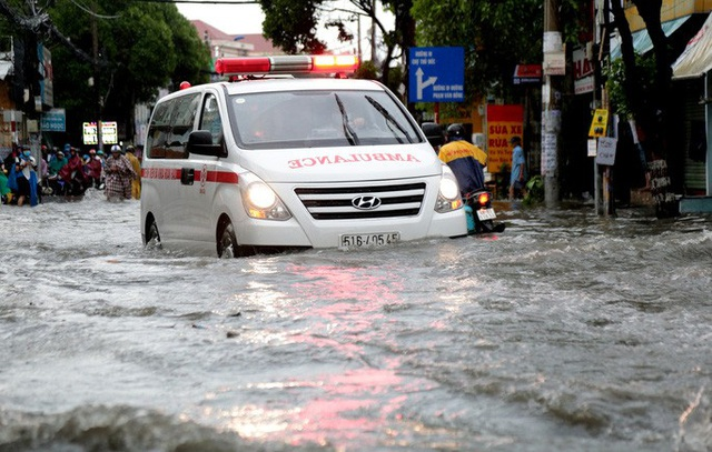 TP HCM: Ngập kinh hãi ở quận Thủ Đức, nước chảy xiết xô ngã cả xe máy  - Ảnh 3.