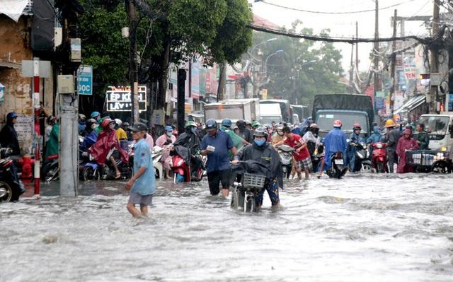 TP HCM: Ngập kinh hãi ở quận Thủ Đức, nước chảy xiết xô ngã cả xe máy  - Ảnh 4.