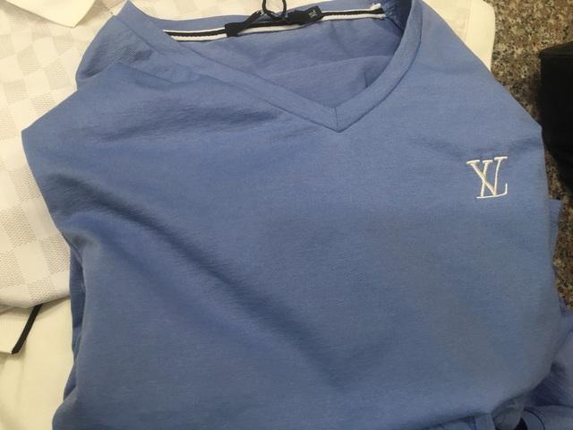 Phát hiện hàng ngàn dây lưng da Louis Vuitton, áo phông nam gắn nhãn LV... giá chỉ 20.000 đồng/chiếc tại chợ Ninh Hiệp - Ảnh 2.