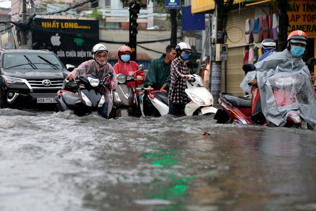 TP HCM: Ngập kinh hãi ở quận Thủ Đức, nước chảy xiết xô ngã cả xe máy  - Ảnh 7.