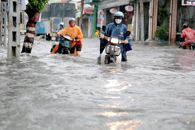TP HCM: Ngập kinh hãi ở quận Thủ Đức, nước chảy xiết xô ngã cả xe máy  - Ảnh 8.