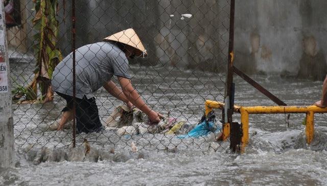 TP HCM: Ngập kinh hãi ở quận Thủ Đức, nước chảy xiết xô ngã cả xe máy  - Ảnh 9.