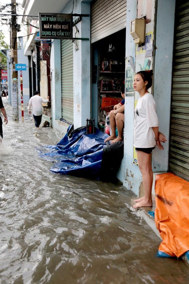TP HCM: Ngập kinh hãi ở quận Thủ Đức, nước chảy xiết xô ngã cả xe máy  - Ảnh 10.