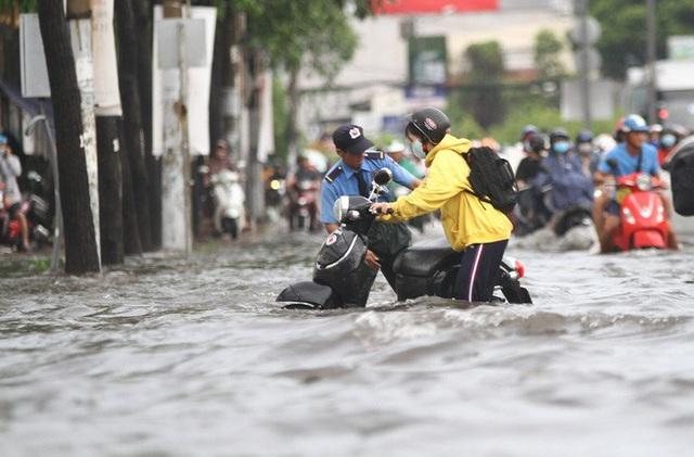 TP HCM: Ngập kinh hãi ở quận Thủ Đức, nước chảy xiết xô ngã cả xe máy  - Ảnh 11.