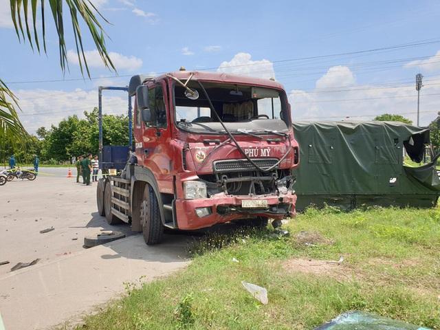 Xe container hất văng xe thùng biển đỏ, 7 người thương vong nằm la liệt trên đường - Ảnh 2.