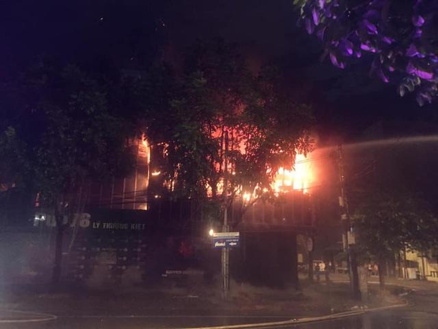 Cận cảnh quán bar lớn ở TP Vinh bốc cháy ngùn ngụt trong đêm  - Ảnh 1.