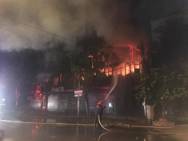 Cận cảnh quán bar lớn ở TP Vinh bốc cháy ngùn ngụt trong đêm  - Ảnh 2.