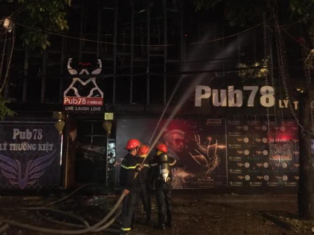 Cận cảnh quán bar lớn ở TP Vinh bốc cháy ngùn ngụt trong đêm  - Ảnh 3.