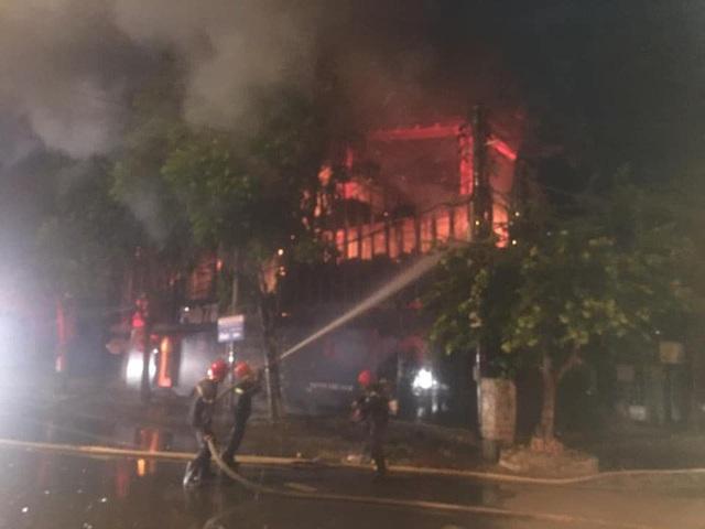 Cận cảnh quán bar lớn ở TP Vinh bốc cháy ngùn ngụt trong đêm  - Ảnh 4.