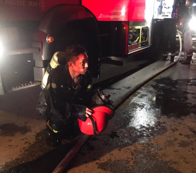 Cận cảnh quán bar lớn ở TP Vinh bốc cháy ngùn ngụt trong đêm  - Ảnh 6.