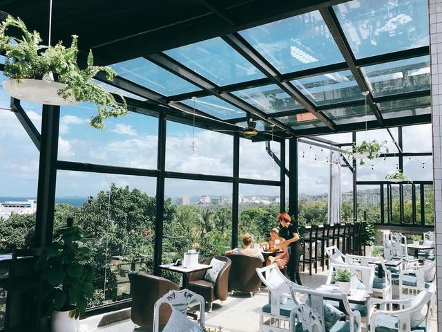 Nếu đến Phú Quốc, đừng bỏ qua 8 quán cà phê view biển sang chảnh này: Nơi hoàn hảo để ngắm hoàng hôn, lên hình đẹp đến ngỡ ngàng - Ảnh 21.
