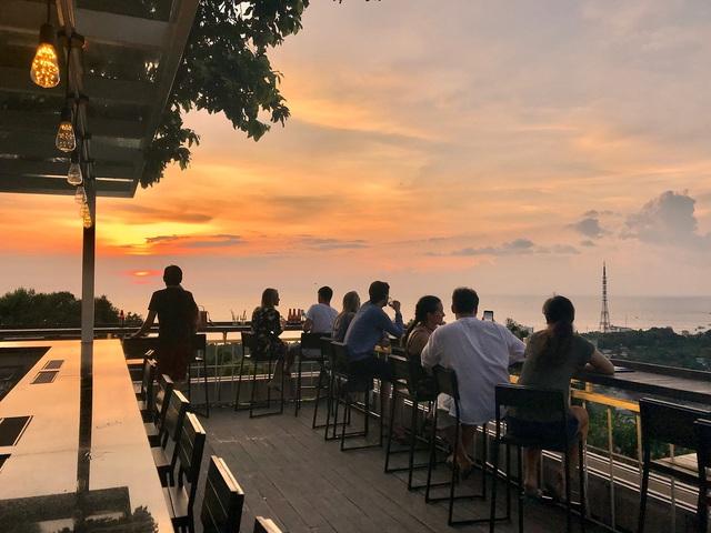 Nếu đến Phú Quốc, đừng bỏ qua 8 quán cà phê view biển sang chảnh này: Nơi hoàn hảo để ngắm hoàng hôn, lên hình đẹp đến ngỡ ngàng - Ảnh 6.