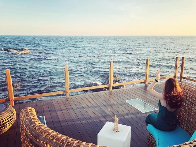 Nếu đến Phú Quốc, đừng bỏ qua 8 quán cà phê view biển sang chảnh này: Nơi hoàn hảo để ngắm hoàng hôn, lên hình đẹp đến ngỡ ngàng - Ảnh 18.