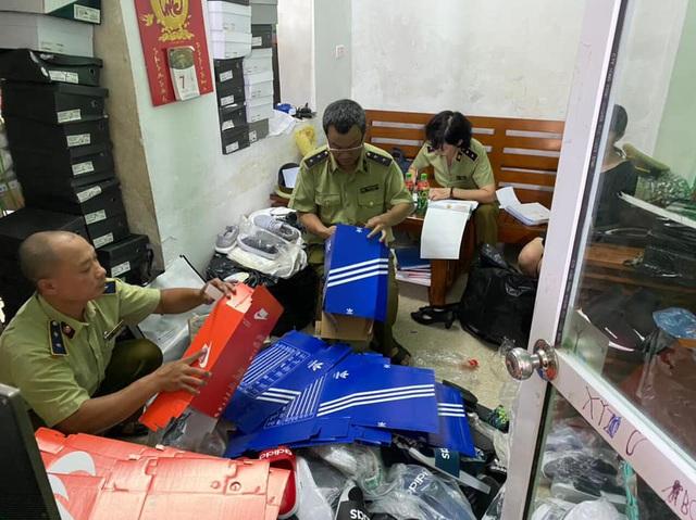Thu giữ hơn 5.100 giày nhái Adidas, Stan Smith... giá 150.000 đồng  - Ảnh 1.