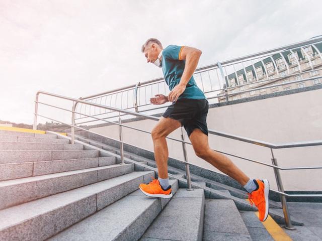 Bước sang tuổi 50, bạn cần những thói quen và chế độ sống mới: 5 quan niệm sai lầm tưởng là tốt nhưng lại hại sức khỏe tuổi trung niên  - Ảnh 2.