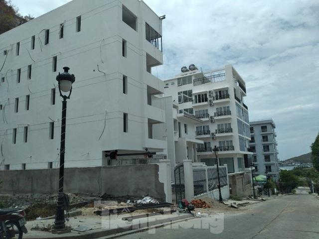 Đến thời hạn, 13 biệt thự vượt tầng dự án Ocean View Nha Trang vẫn chưa bị cưỡng chế - Ảnh 2.