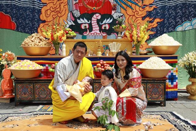 Vợ chồng Hoàng hậu vạn người mê Bhutan chính thức công bố tên con trai thứ 2 và loạt ảnh hiện tại của đứa trẻ khiến dân mạng xuýt xoa - Ảnh 1.