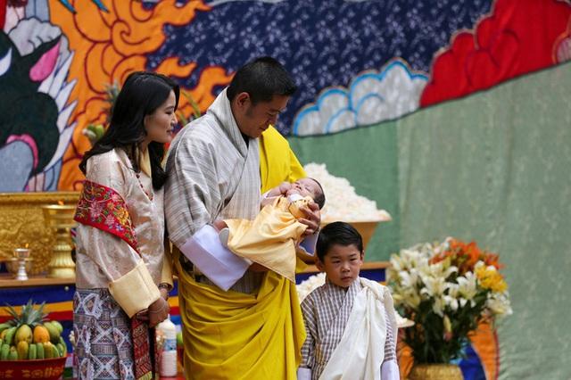 Vợ chồng Hoàng hậu vạn người mê Bhutan chính thức công bố tên con trai thứ 2 và loạt ảnh hiện tại của đứa trẻ khiến dân mạng xuýt xoa - Ảnh 2.