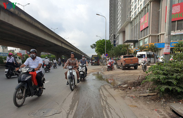Dòng người chở nhau vô tư đi ngược chiều ở đường Nguyễn Xiển, Hà Nội - Ảnh 1.