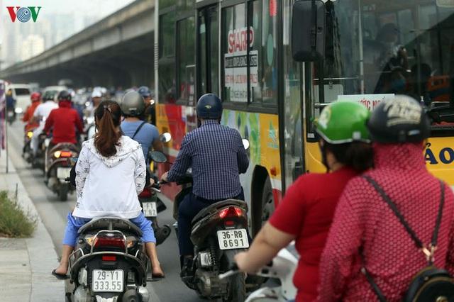 Dòng người chở nhau vô tư đi ngược chiều ở đường Nguyễn Xiển, Hà Nội - Ảnh 2.