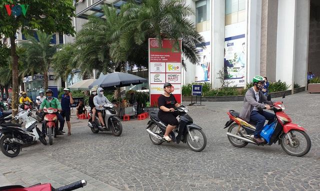 Dòng người chở nhau vô tư đi ngược chiều ở đường Nguyễn Xiển, Hà Nội - Ảnh 11.