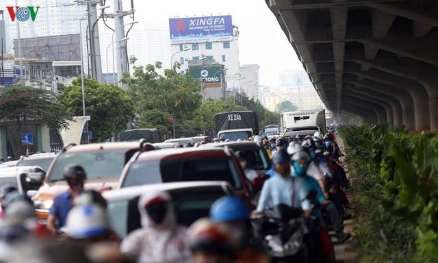 Dòng người chở nhau vô tư đi ngược chiều ở đường Nguyễn Xiển, Hà Nội - Ảnh 12.