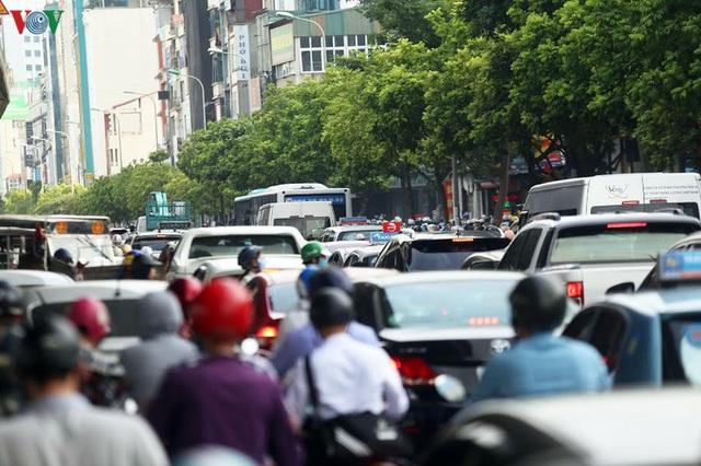 Dòng người chở nhau vô tư đi ngược chiều ở đường Nguyễn Xiển, Hà Nội - Ảnh 13.