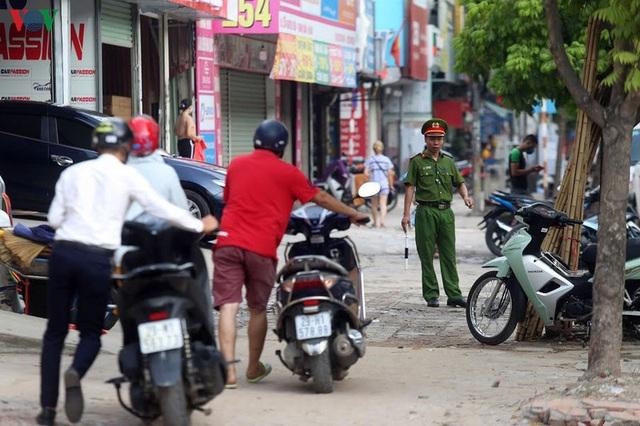 Dòng người chở nhau vô tư đi ngược chiều ở đường Nguyễn Xiển, Hà Nội - Ảnh 14.