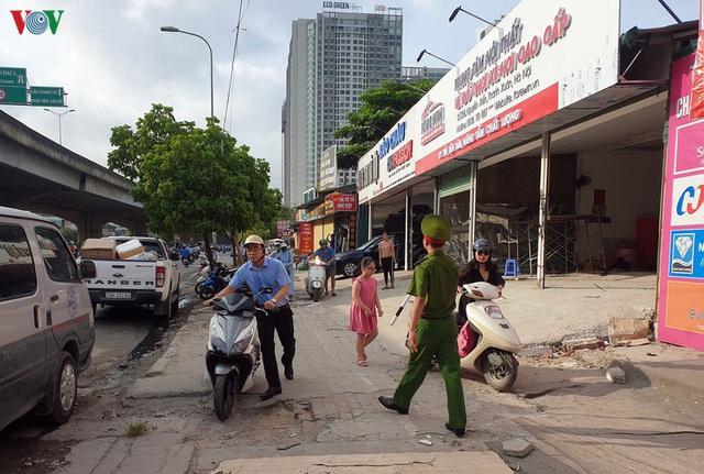 Dòng người chở nhau vô tư đi ngược chiều ở đường Nguyễn Xiển, Hà Nội - Ảnh 15.