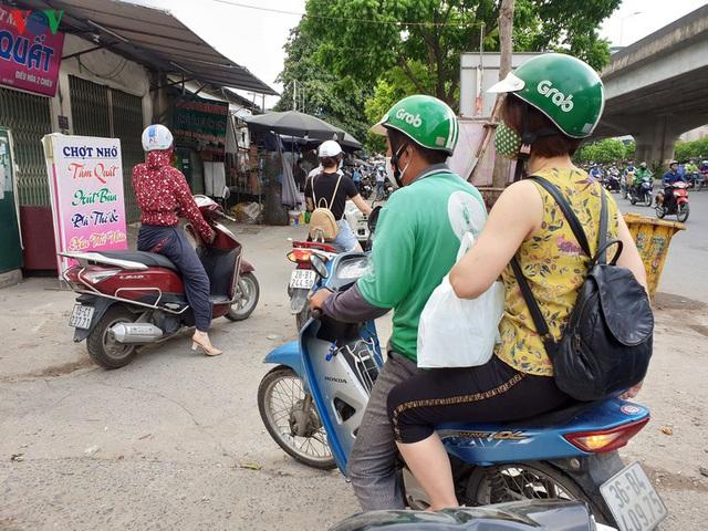 Dòng người chở nhau vô tư đi ngược chiều ở đường Nguyễn Xiển, Hà Nội - Ảnh 16.