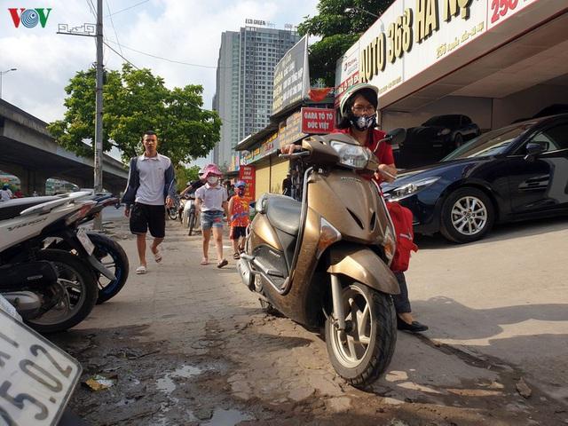 Dòng người chở nhau vô tư đi ngược chiều ở đường Nguyễn Xiển, Hà Nội - Ảnh 17.