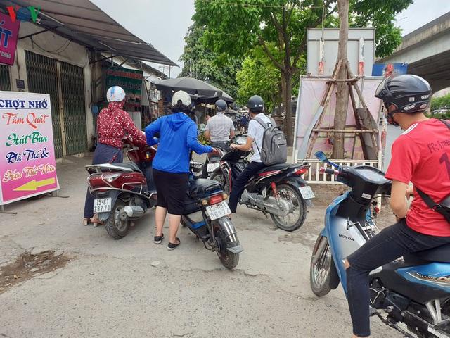 Dòng người chở nhau vô tư đi ngược chiều ở đường Nguyễn Xiển, Hà Nội - Ảnh 18.