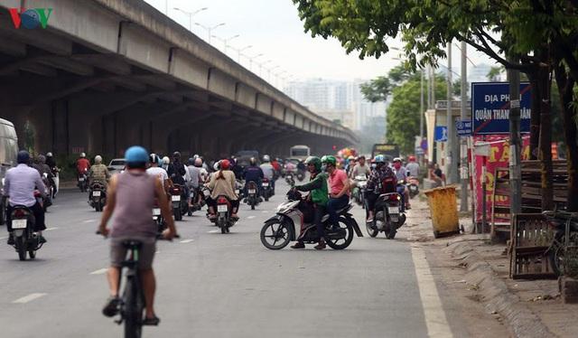 Dòng người chở nhau vô tư đi ngược chiều ở đường Nguyễn Xiển, Hà Nội - Ảnh 19.